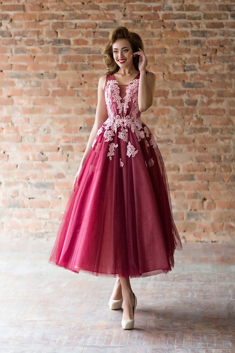 Вечернее платье с пышной юбкой и розовой кружевной отделкой.