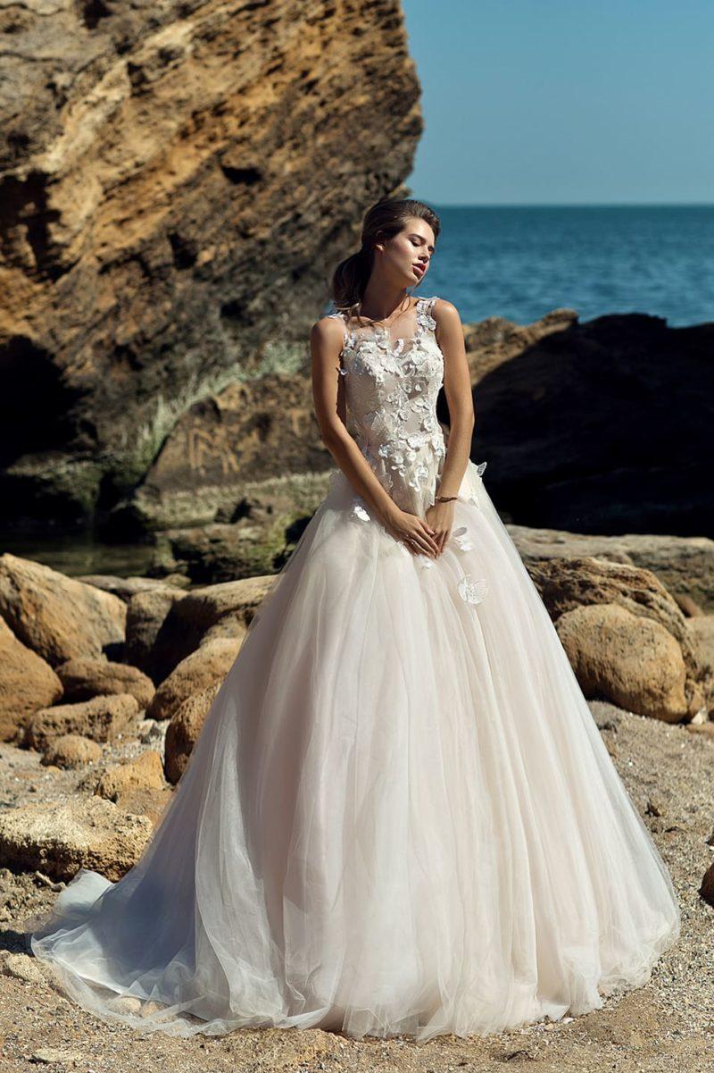 Свадебное платье пышного кроя с изящной объемной отделкой лифа.