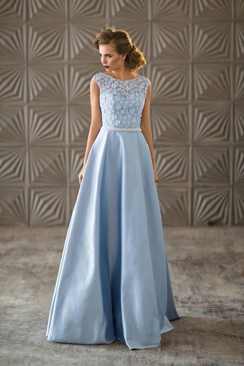 Голубое вечернее платье с юбкой в пол и объемным декором лифа.