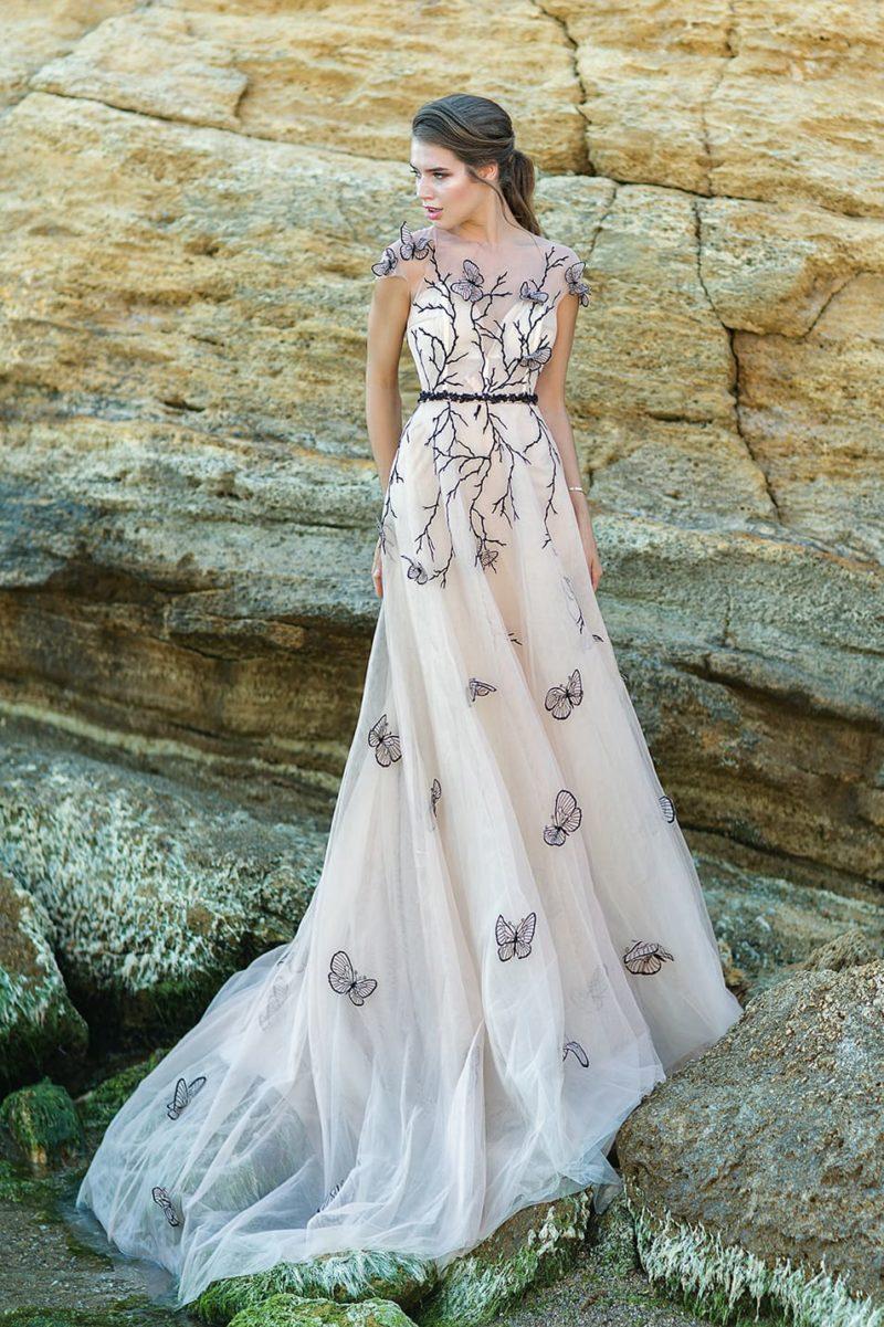 Свадебное платье с контрастной отделкой и узким черным поясом.