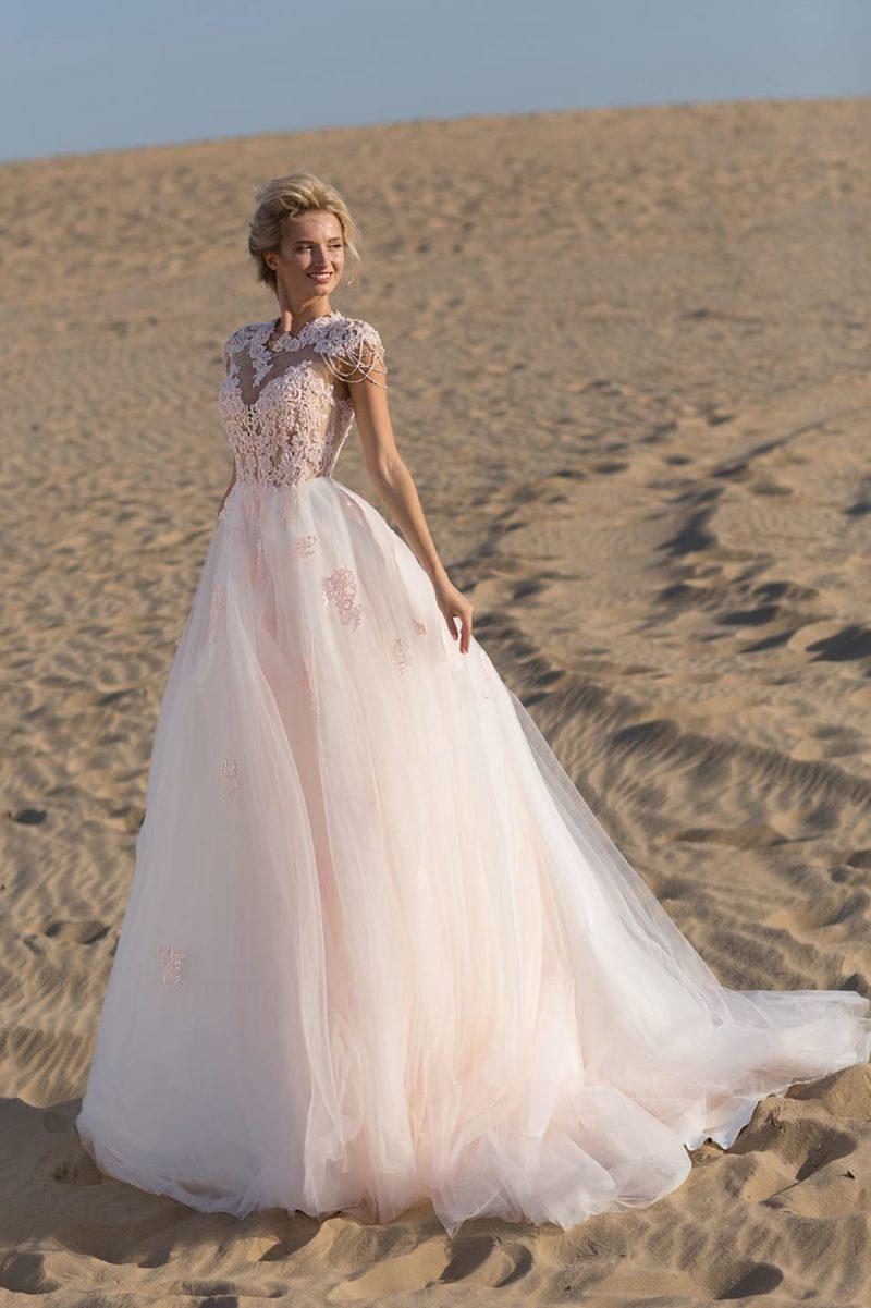 Розовое свадебное платье пышного силуэта с фактурной отделкой верха.