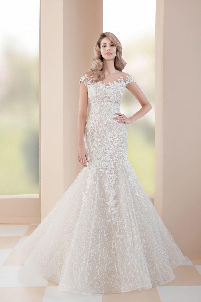 Свадебное платье «рыбка» с элегантным шлейфом и тонкой вставкой над лифом.