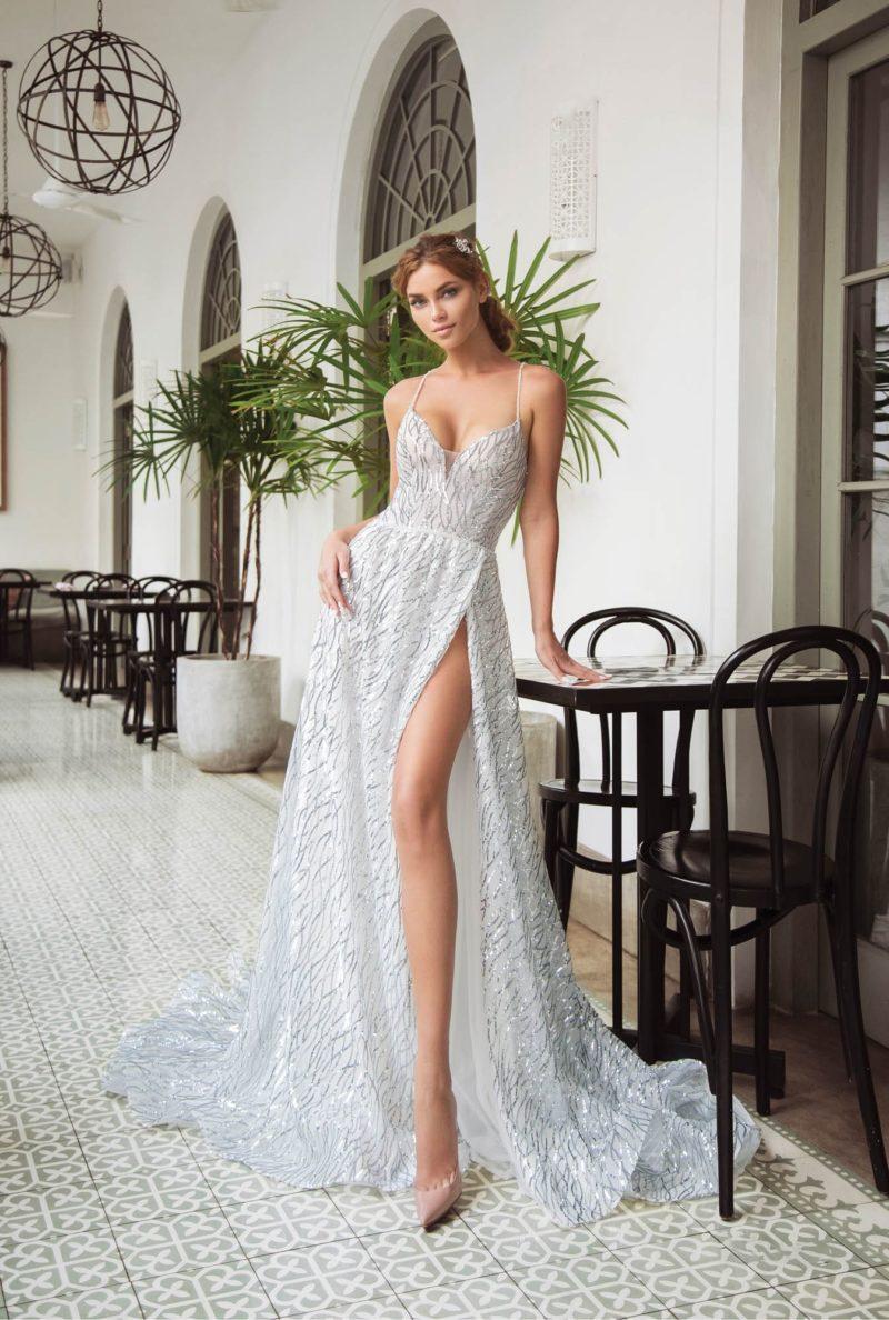 Прямое свадебное платье с открытым лифом и отделкой из пайеток.
