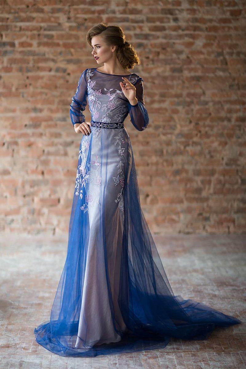 Синее вечернее платье с полупрозрачным пышным верхом и стильной отделкой.