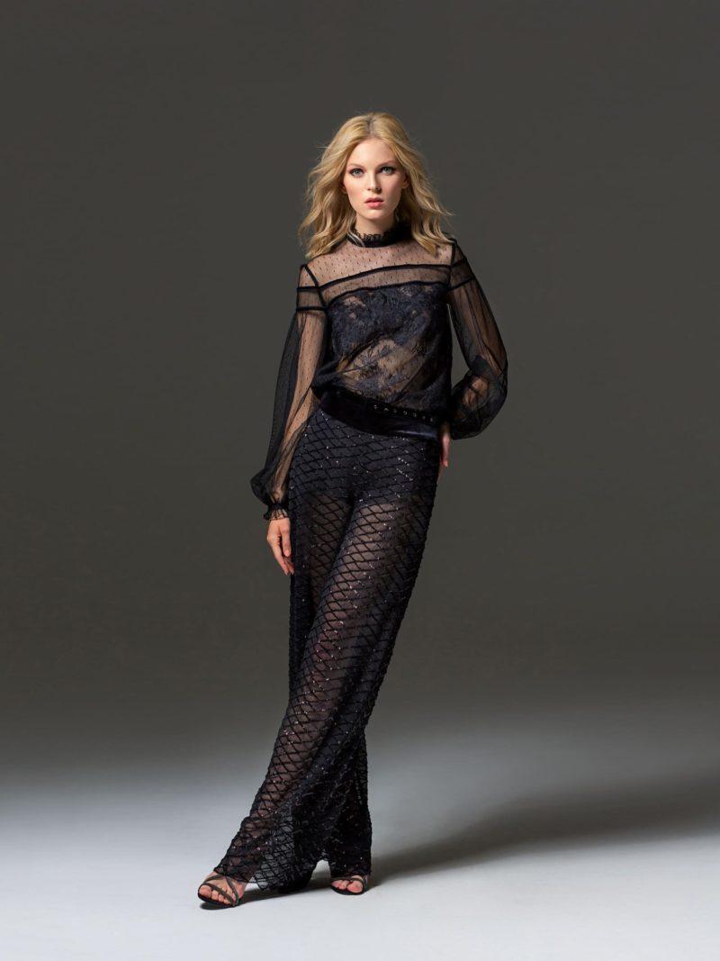Черное вечернее платье прямого кроя с длинным рукавом и кружевом.