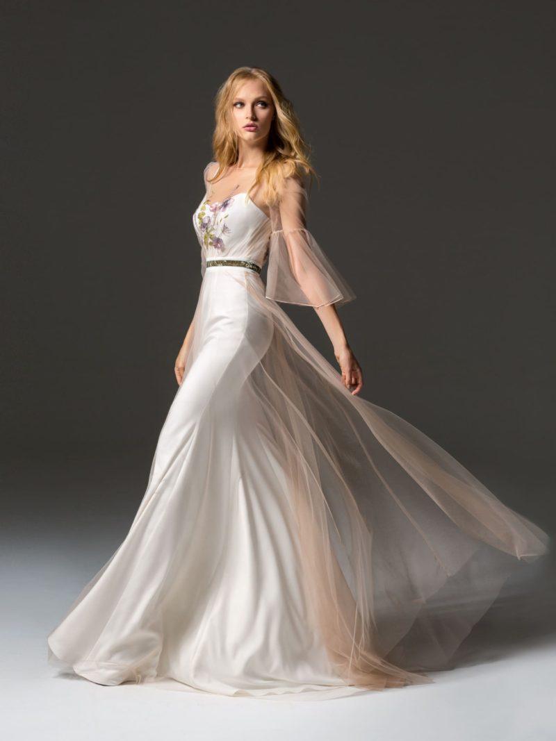 Белое вечернее платье прямого кроя с полупрозрачным верхом.