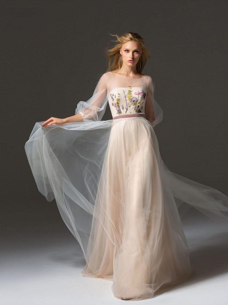 Светлое вечернее платье с цветочной отделкой и узким поясом.