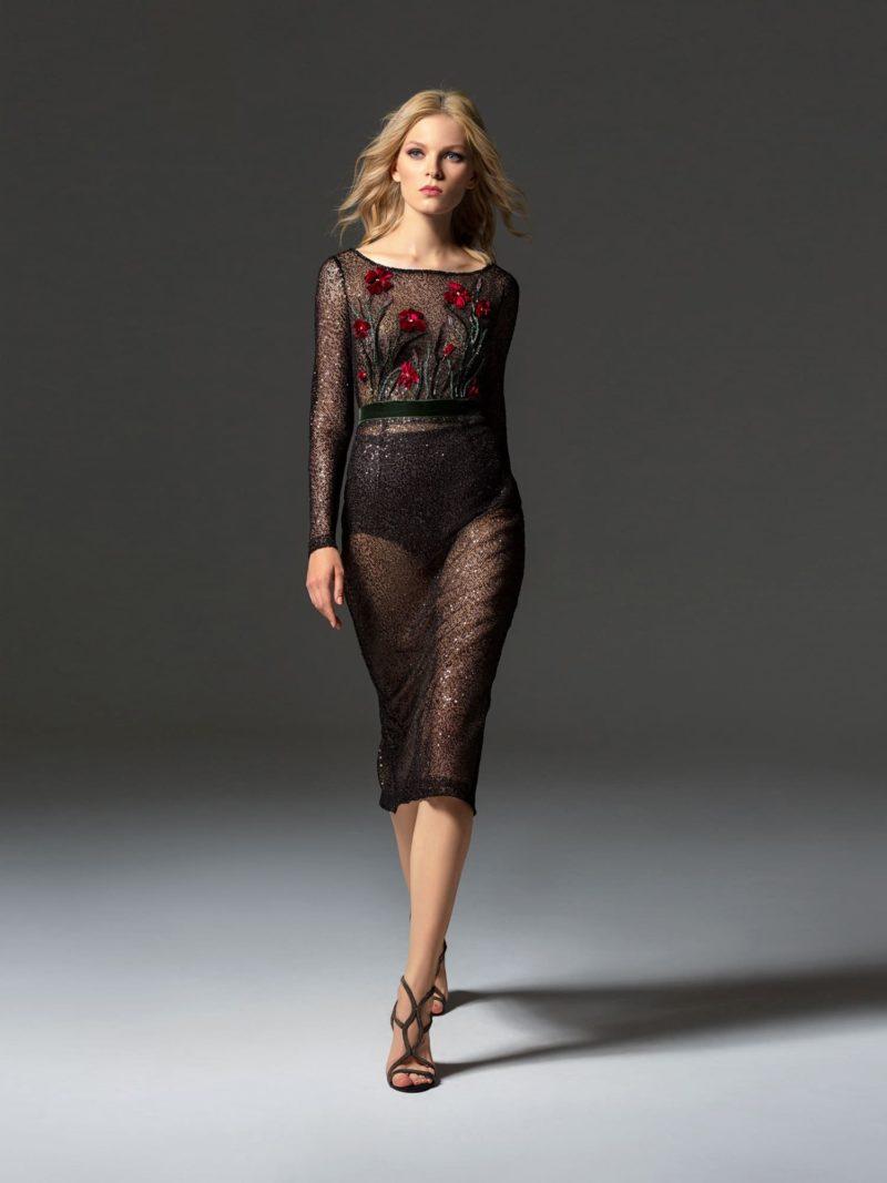 Черное коктейльное платье с цветочным декором и длинным рукавом.