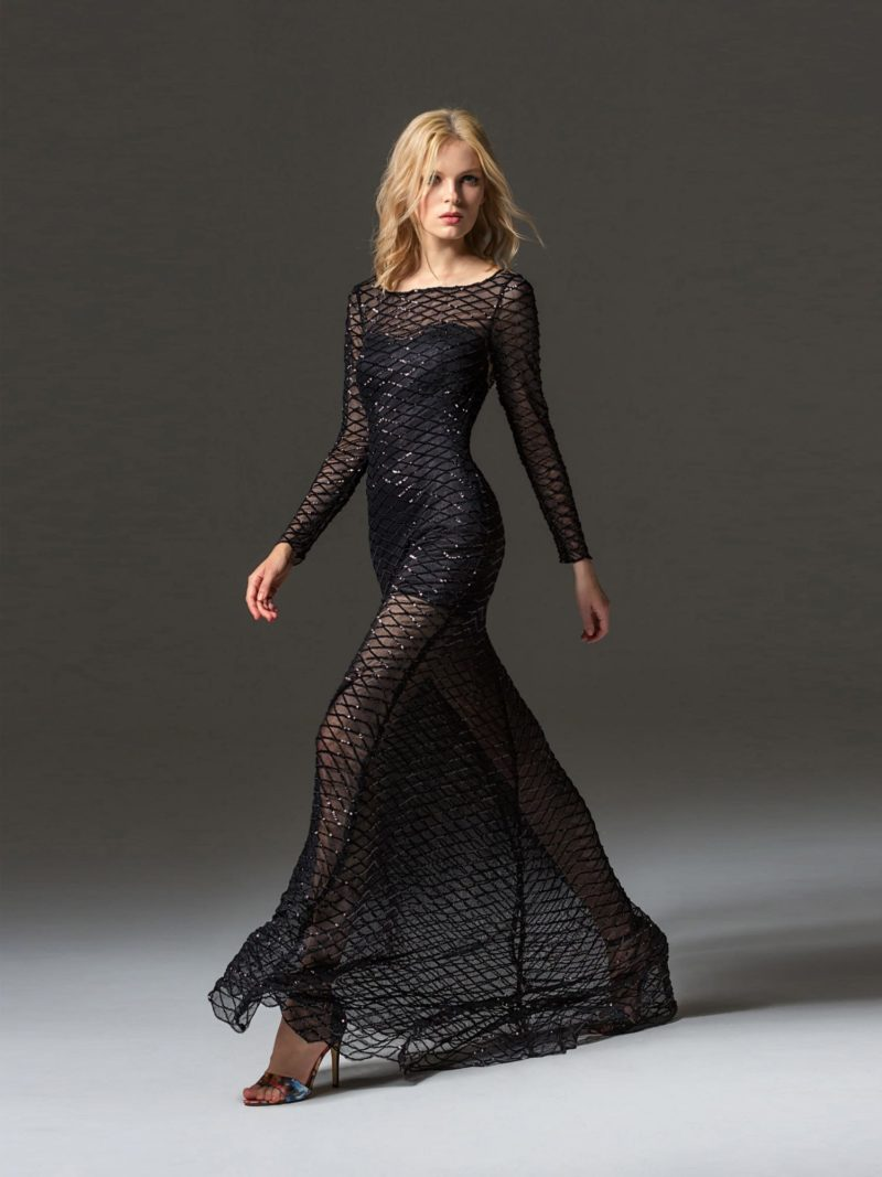 Полупрозрачное черное вечернее платье с длинным рукавом и юбкой в пол.
