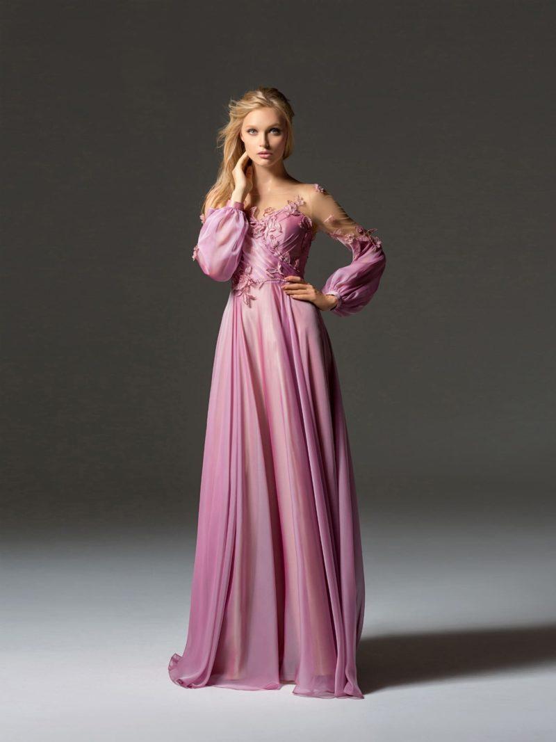 Розовое вечернее платье с длинным рукавом и прямой юбкой.