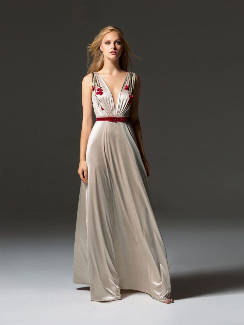 Коктейльное платье прямого силуэта с глубоким вырезом и цветочной вышивкой.