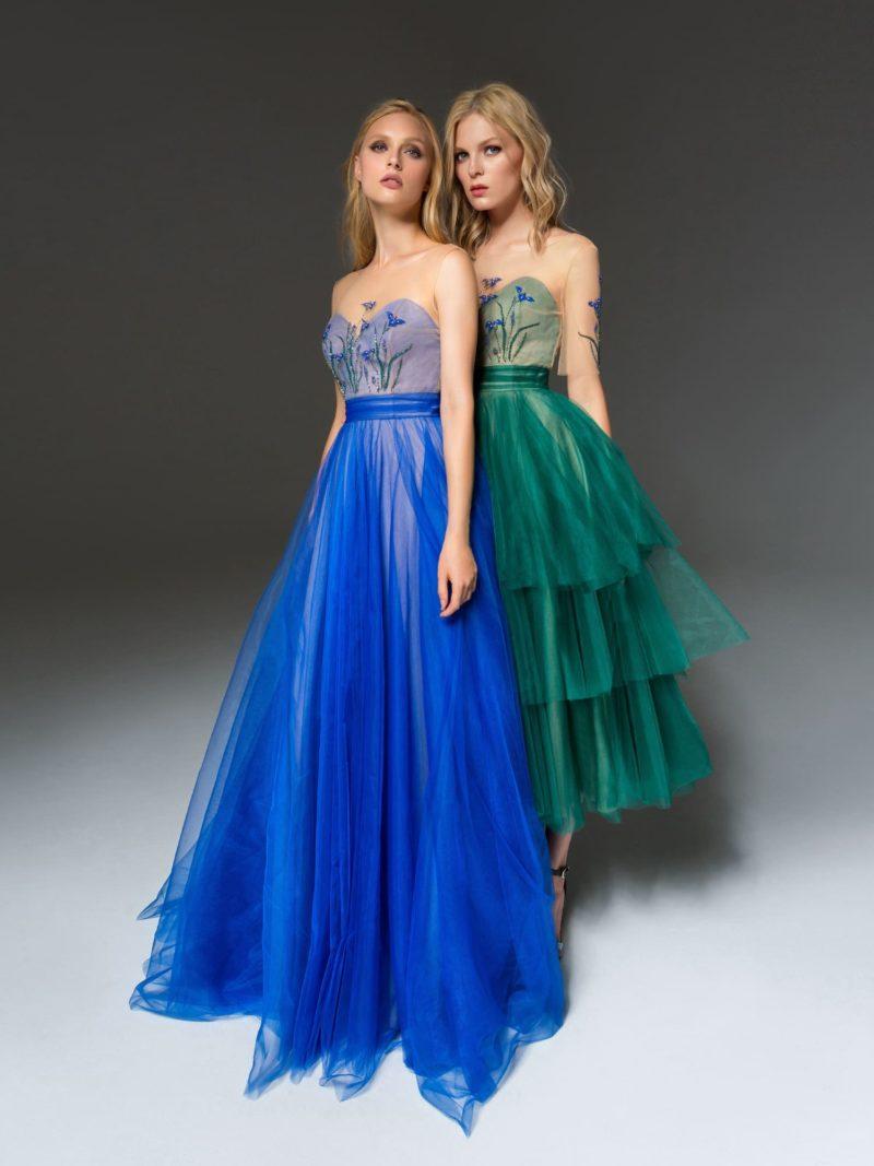 Пышное вечернее платье синего цвета с лифом «сердечком» и вышивкой.