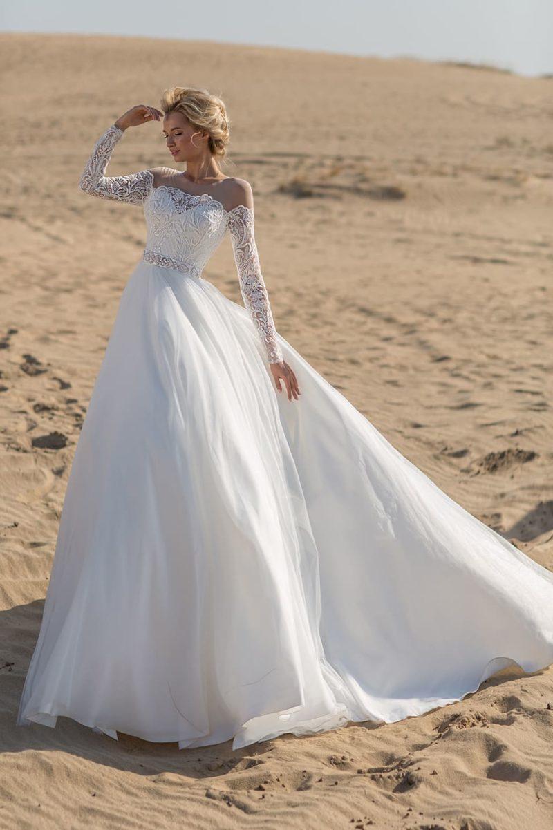 Пышное свадебное платье с шикарной юбкой и длинными рукавами из кружева.