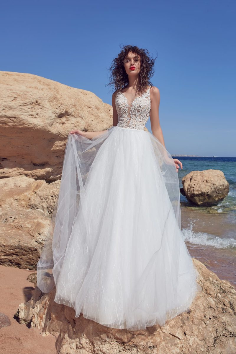 Воздушное свадебное платье с аппликациями и иллюзией прозрачности лифа.