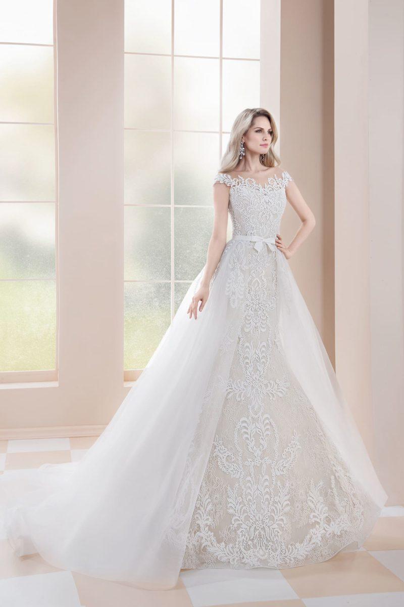 Свадебное платье-трансформер, по всей длине покрытое декором из кружева.