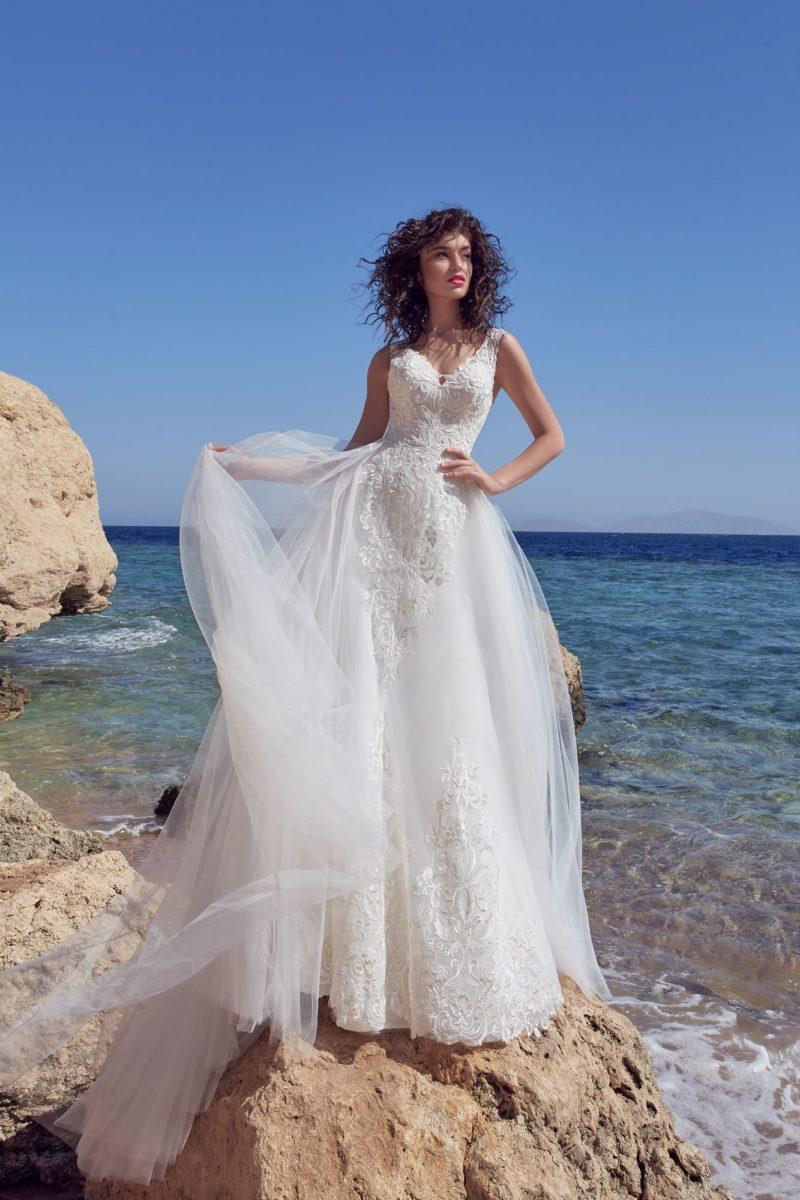 Свадебное платье с объемной юбкой со шлейфом и лифом на бретелях.