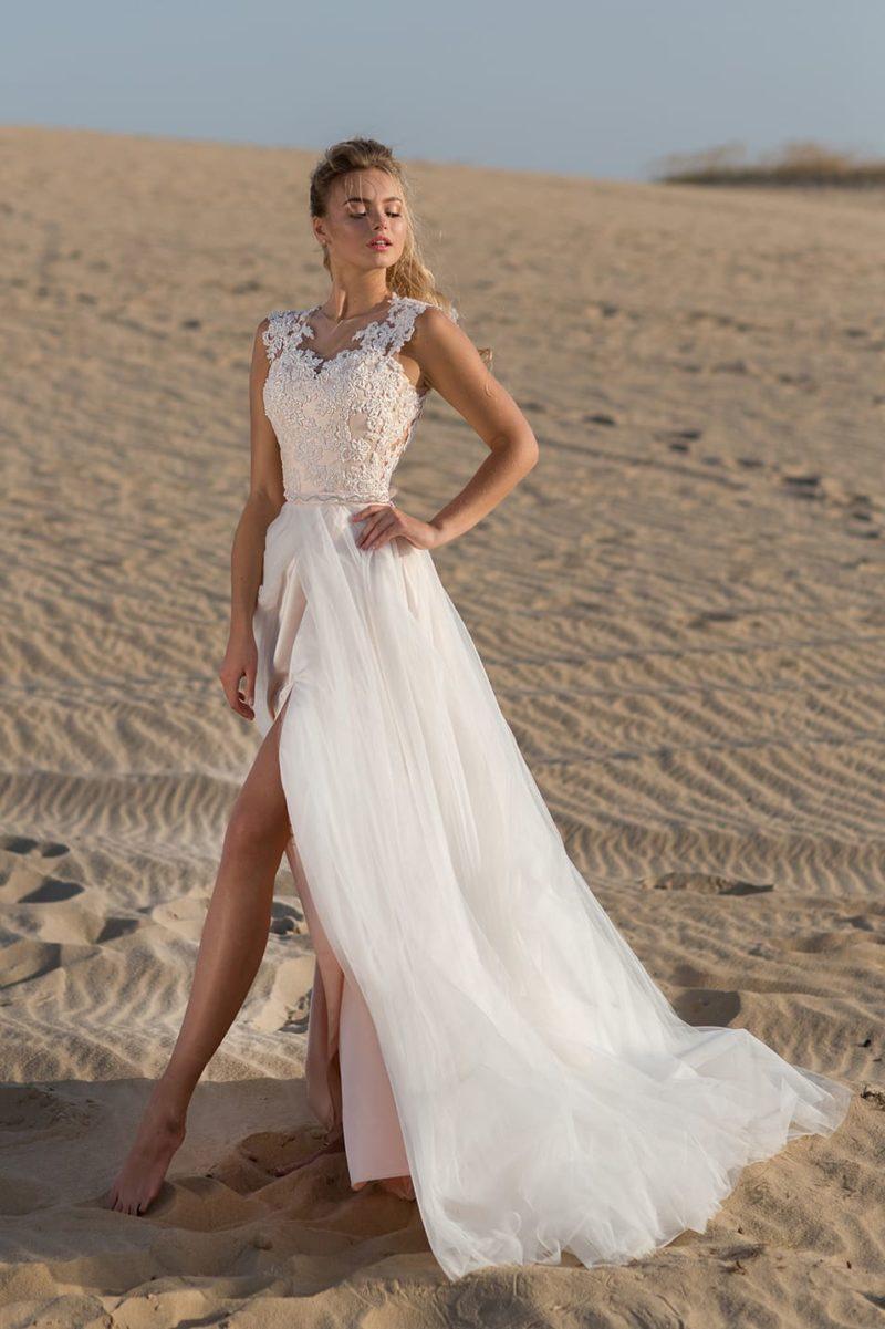Свадебное платье прямого кроя с пышной верхней юбкой и кружевными бретелями.