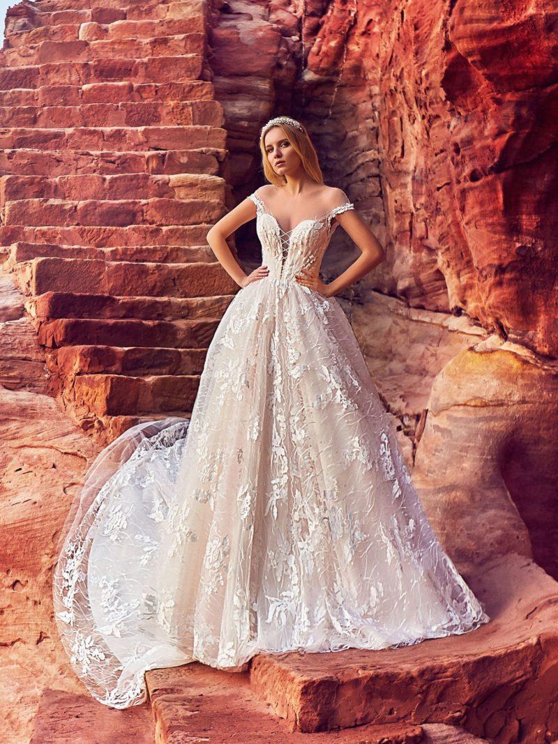 Пудровое свадебное платье с белым кружевом и пышной юбкой.