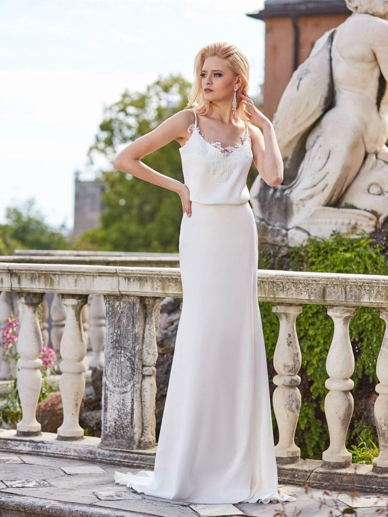 Прямое свадебное платье с открытым лифом на тонких бретелях.