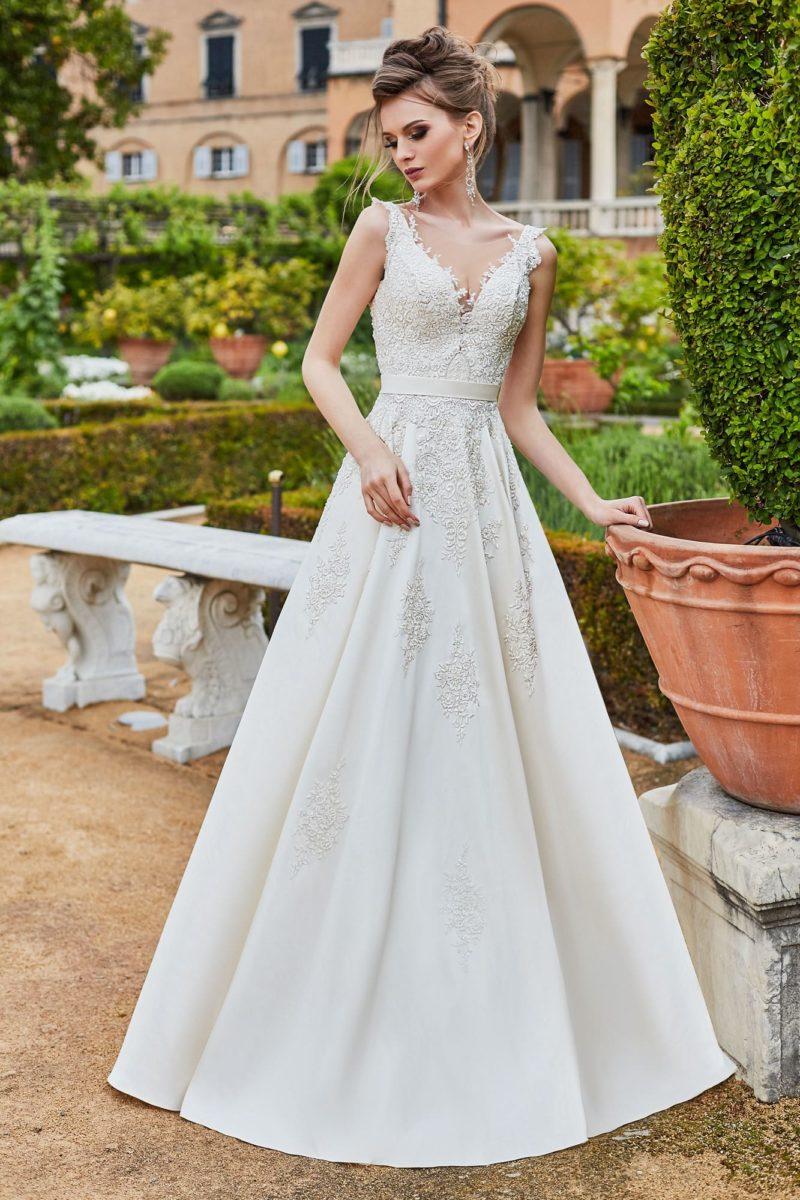 Торжественное свадебное платье с поясом, украшенным бантом.
