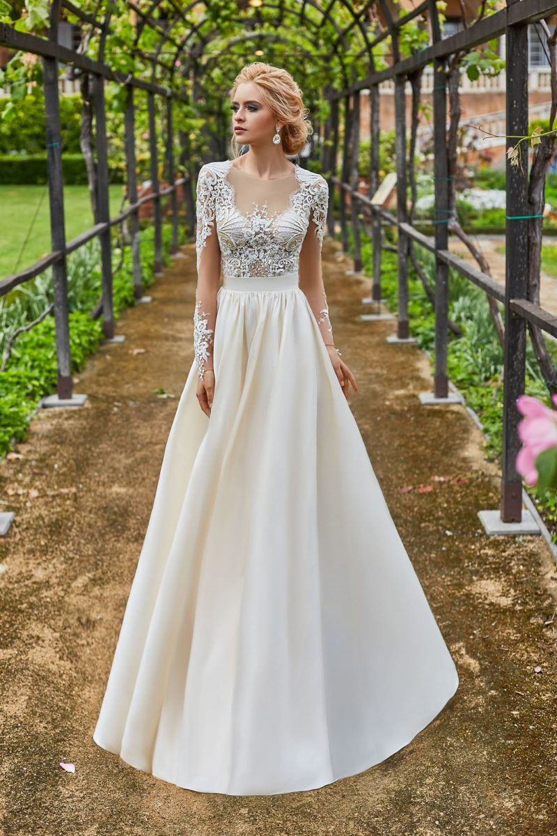 Пышное свадебное платье с атласной юбкой и кружевным лифом.