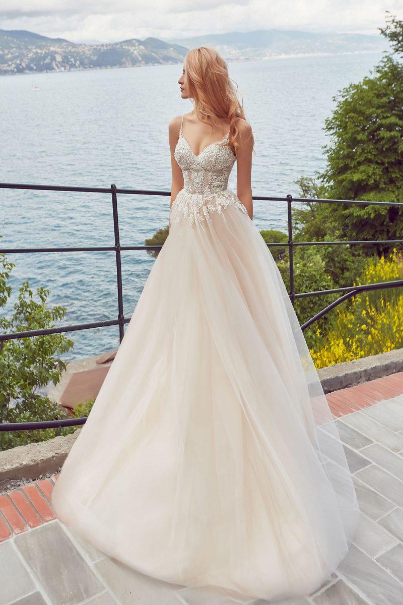 Кремовое свадебное платье с кружевным лифом на узких бретельках.
