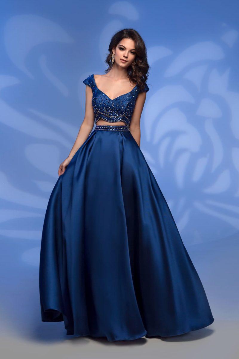 Темно-синее вечернее платье с укороченным топом.