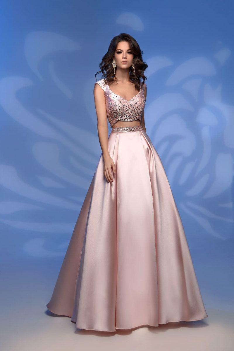 Розовое вечернее платье с коротким топом и юбкой в пол.