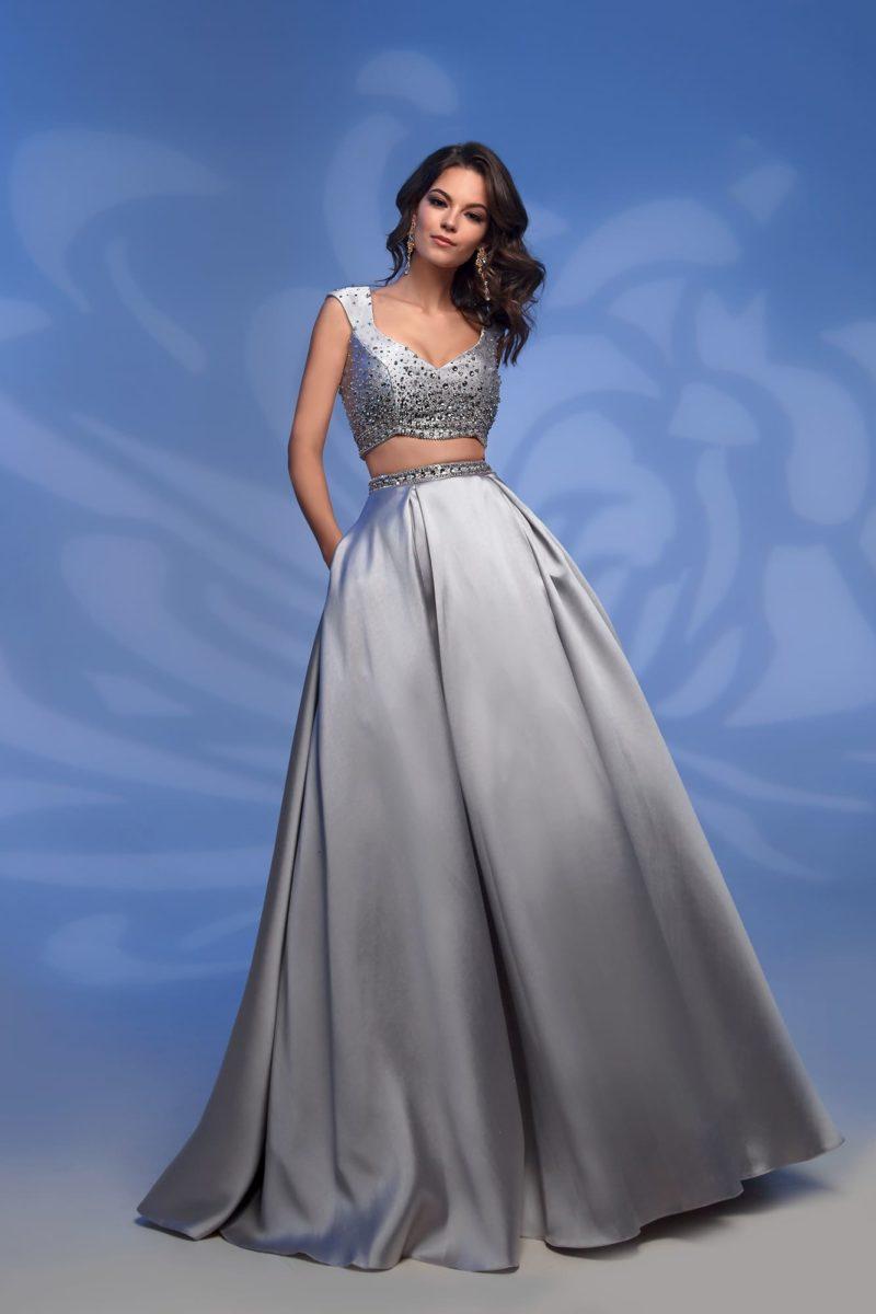 Серебристое вечернее платье с укороченным топом и стразами.