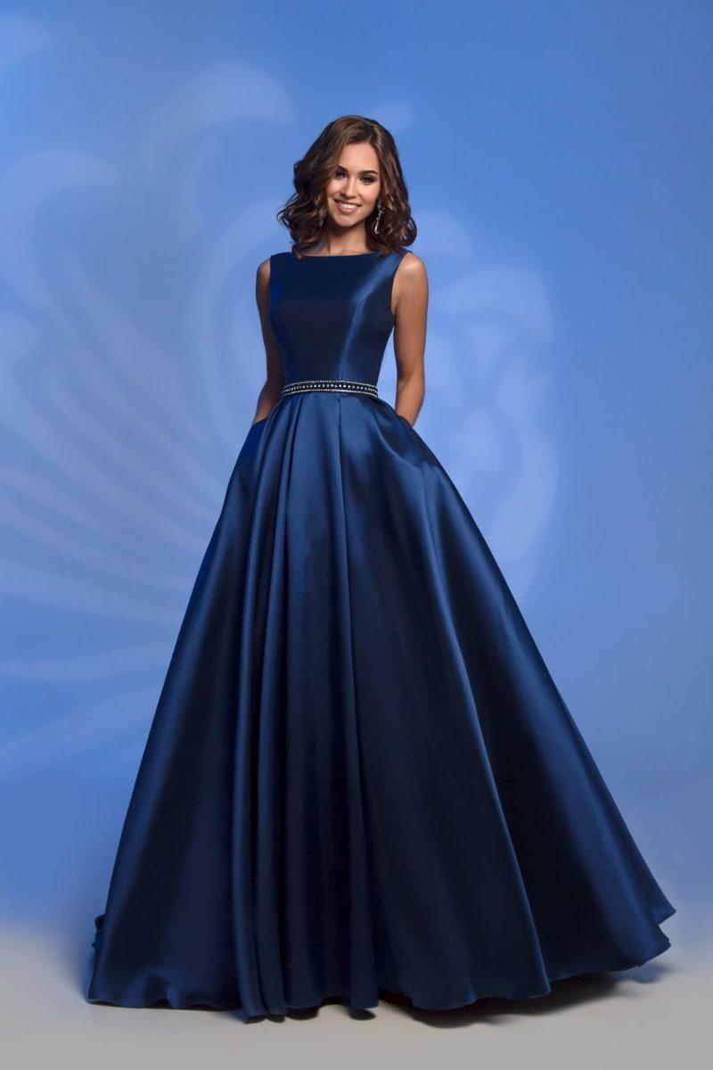 Темно-синее вечернее платье с серебристым поясом и открытой спиной.