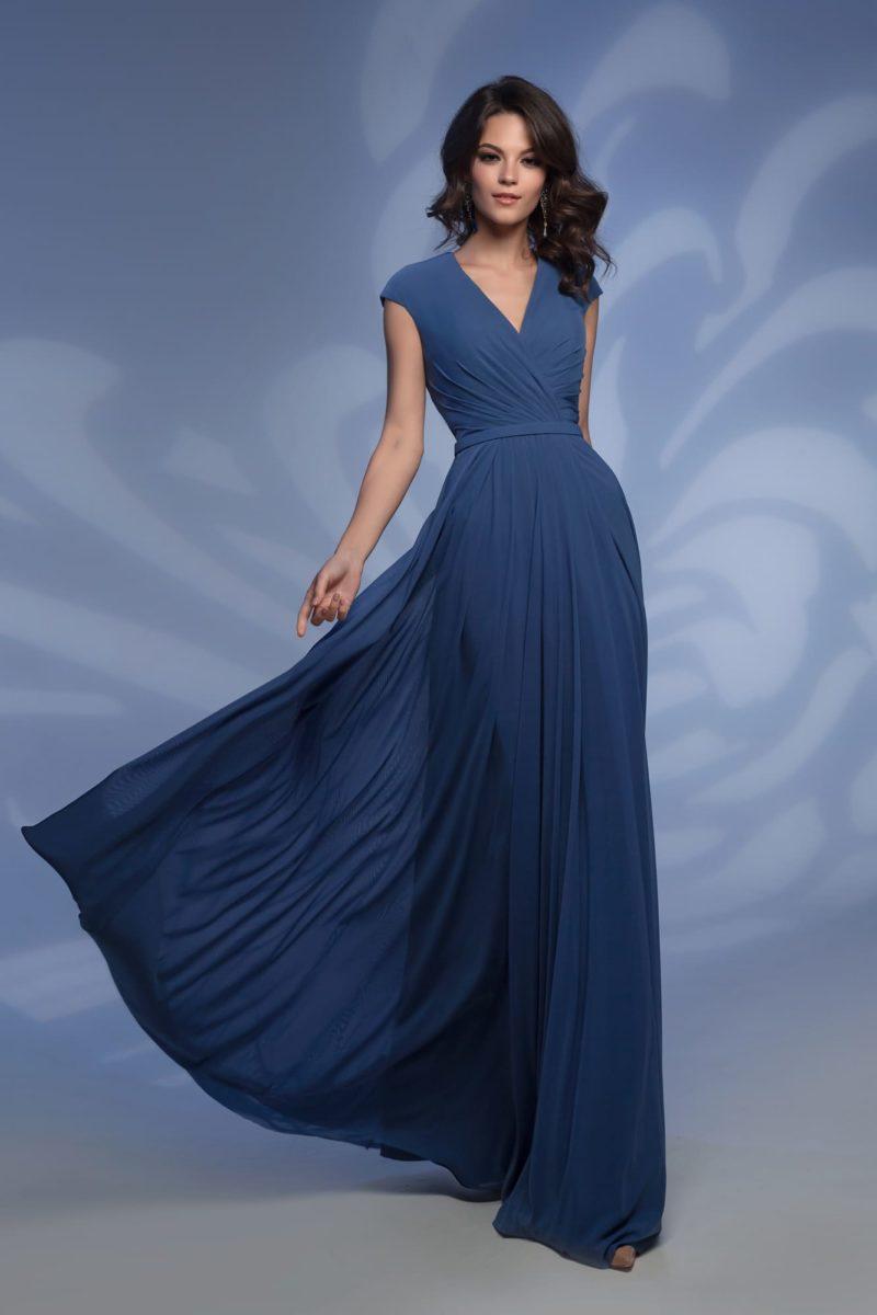 Синее вечернее платье с V-образным вырезом и прямой юбкой.