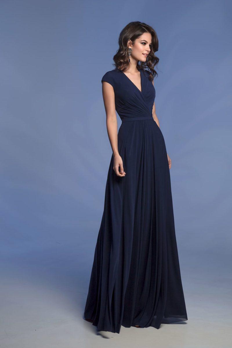 Темно-синее коктейльное платье прямого кроя с драпировками.