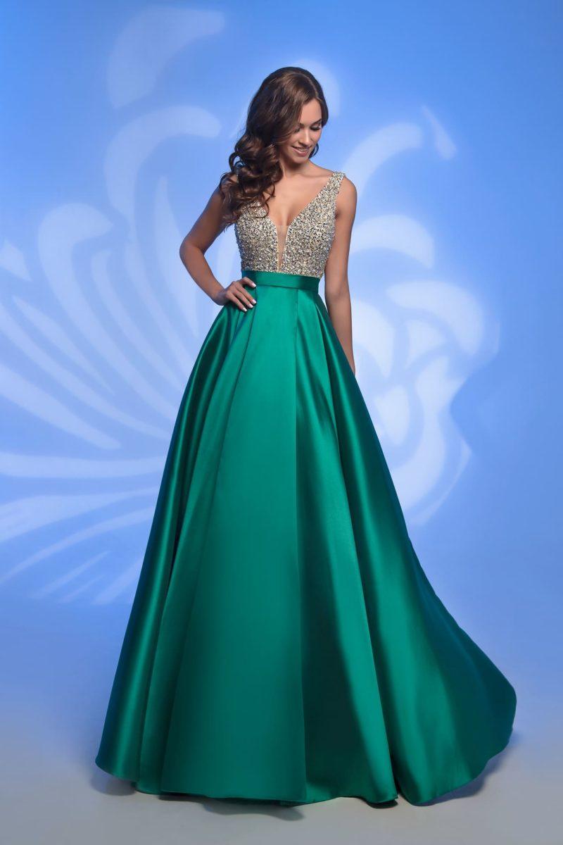 Изумрудно-зеленое вечернее платье с объемной атласной юбкой.