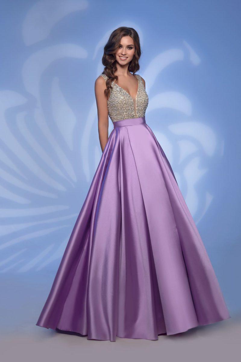 Фиолетовое вечернее платье с бисерным декором и юбкой из атласа.