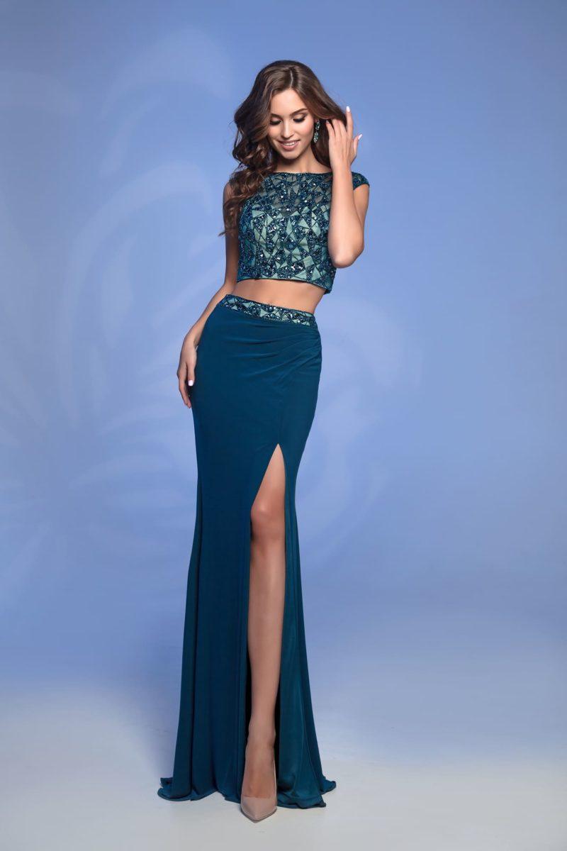 Сине-зеленое вечернее платье с облегающей юбкой и коротким топом.