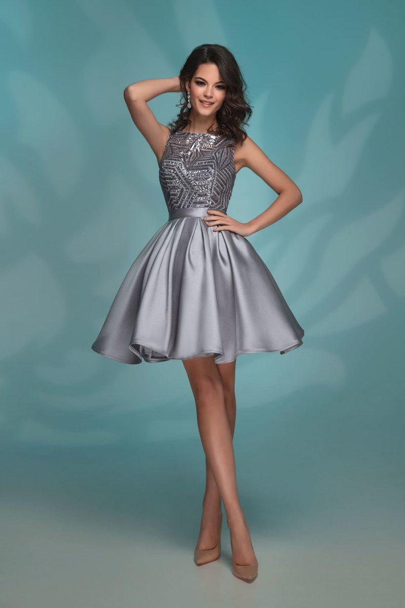 Серебристое вечернее платье длиной до середины бедра с сияющим лифом.