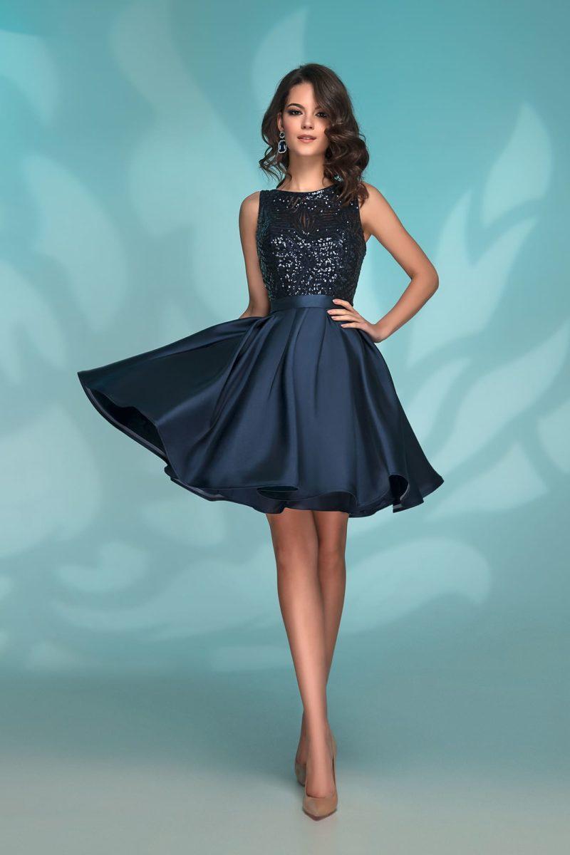 Темно-синее короткое вечернее платье с оформлением пайетками.