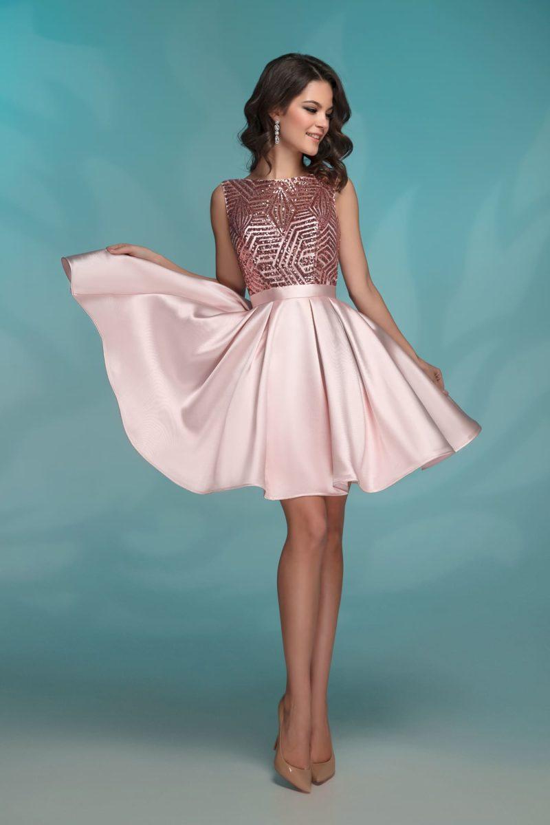 Розовое коктейльное платье с пышной короткой юбкой и поясом.