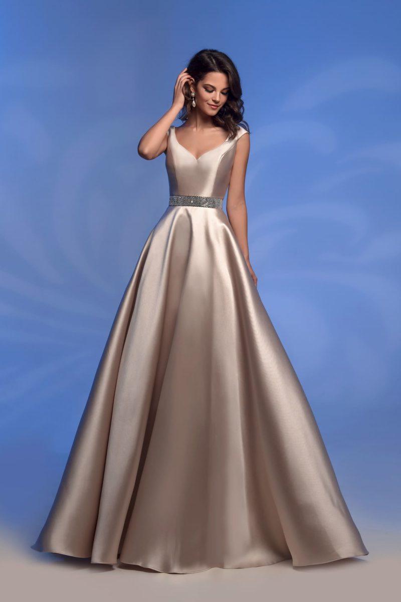 Золотистое блестящее вечернее платье.