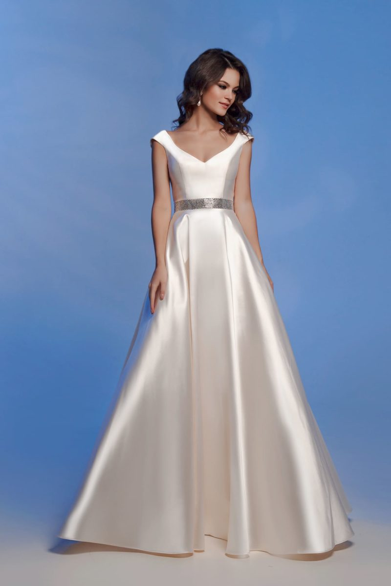 Золотистое вечернее платье с блестящим поясом.