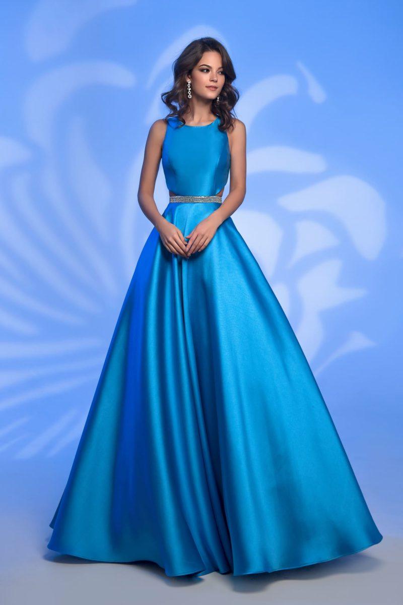 Голубое вечернее платье в пол с вырезами на линии талии.