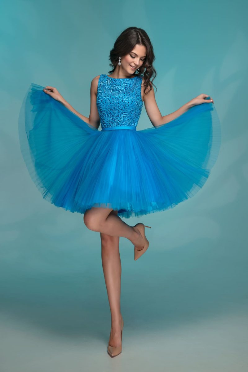Голубое вечернее платье с фактурным верхом и короткой юбкой.