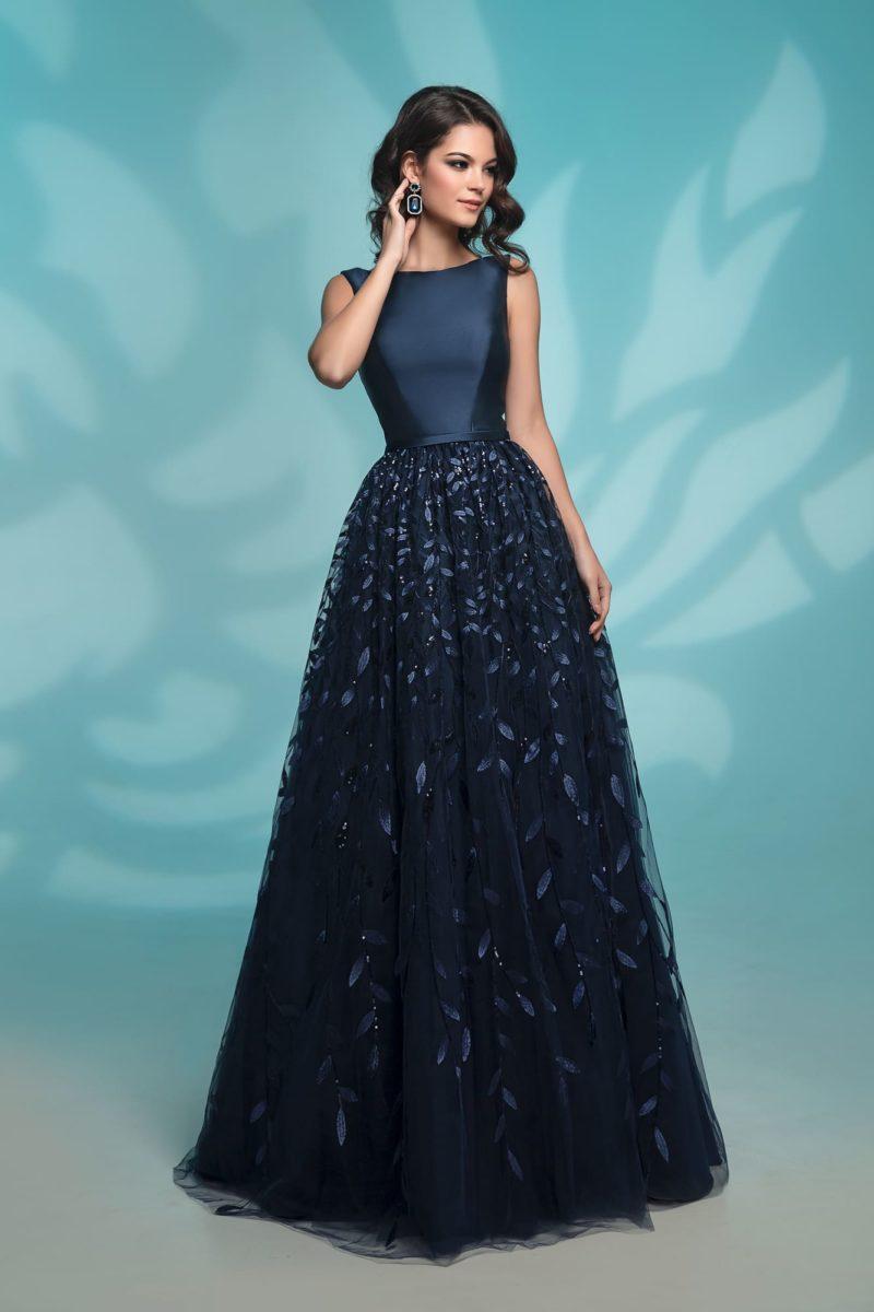 Темно-синее вечернее платье с элегантным атласным верхом.
