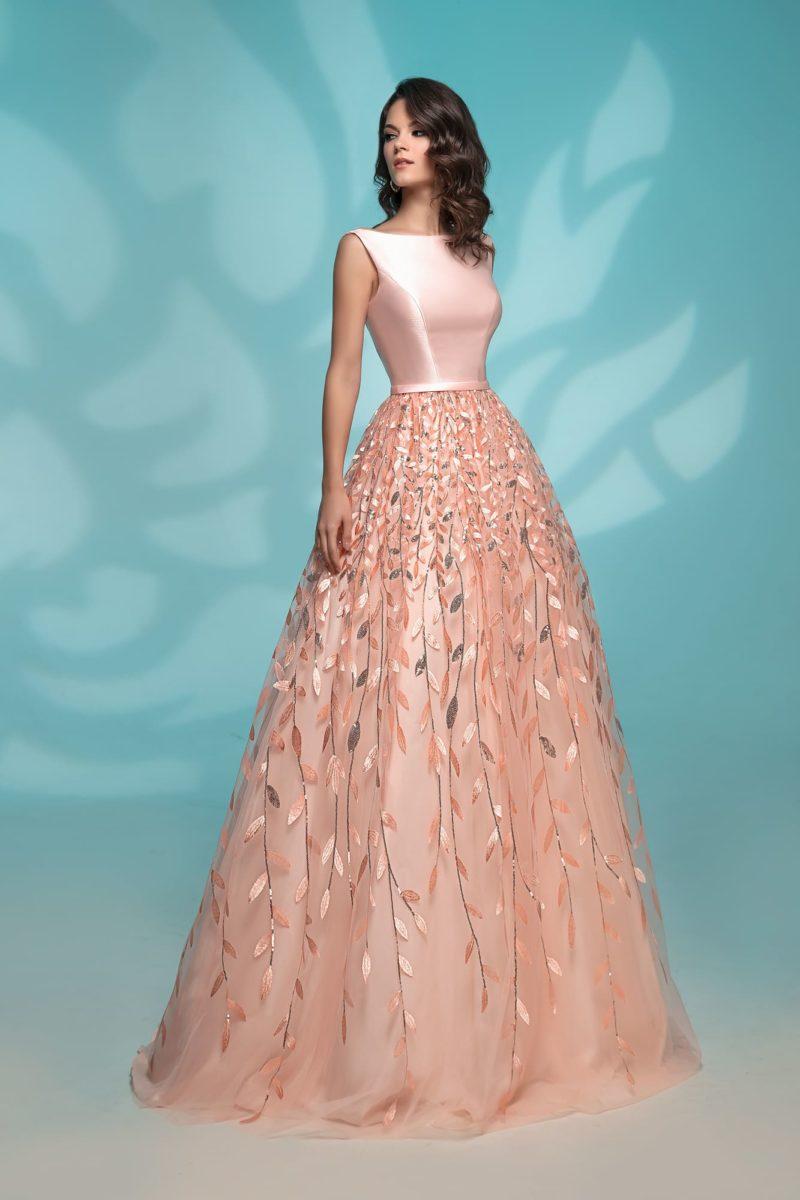 Персиковое вечернее платье пышного силуэта с аппликациями.