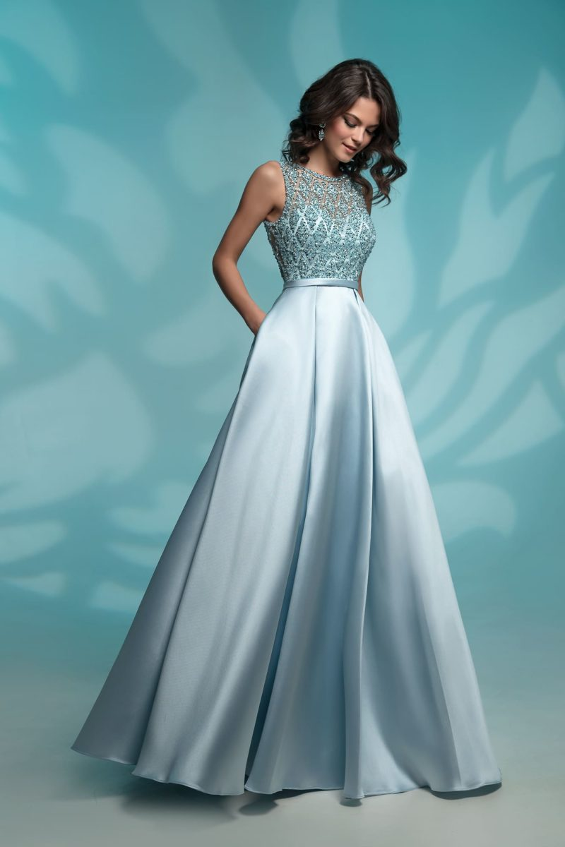 Вечернее платье голубого цвета, дополненное узким поясом.