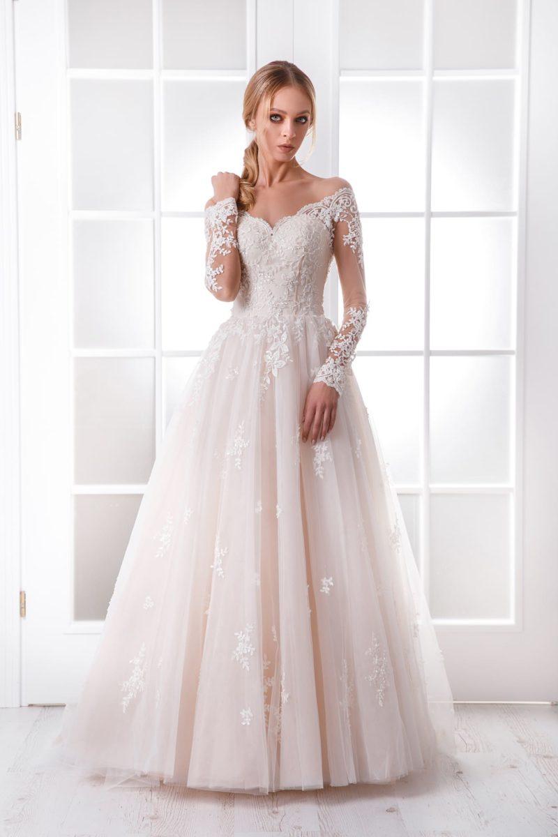 Пышное свадебное платье с портретным вырезом и длинным рукавом.