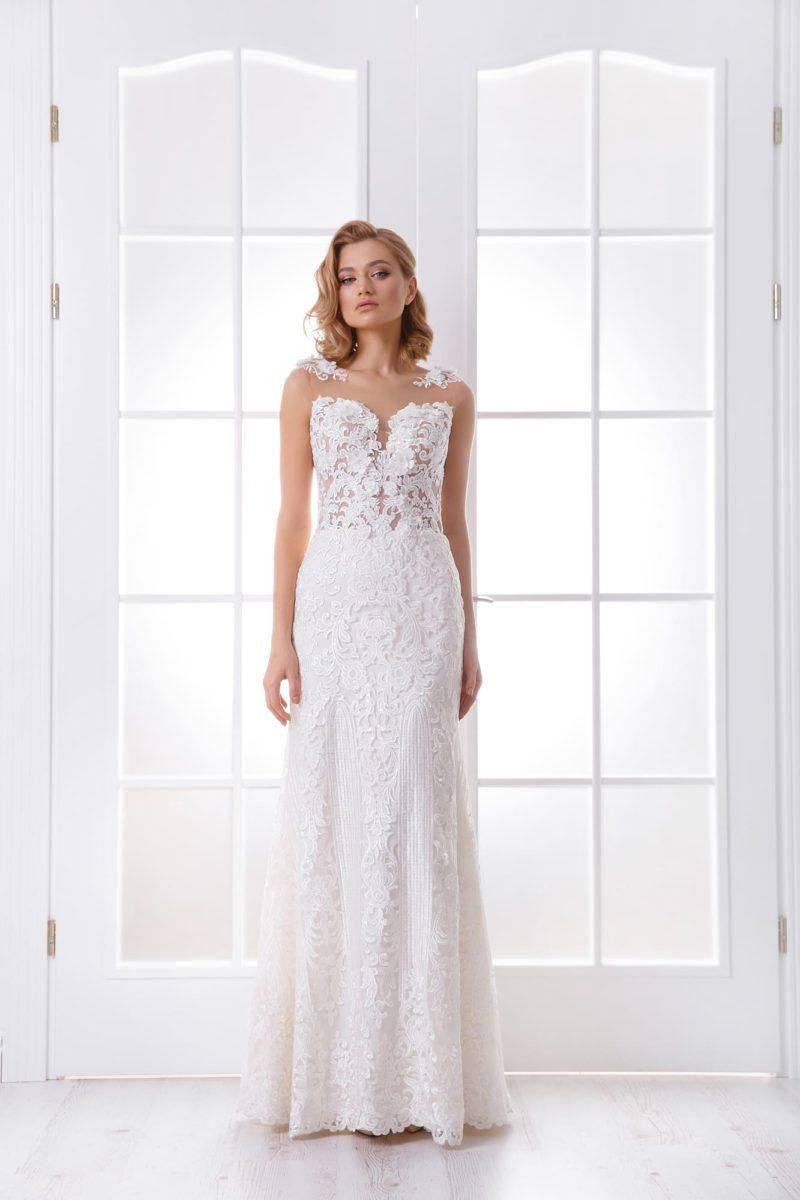 Прямое свадебное платье с открытой спиной и съемным шлейфом.