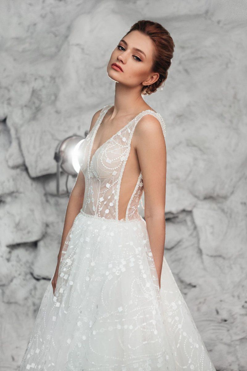Свадебное платье с открытой спиной и кружевным декором.