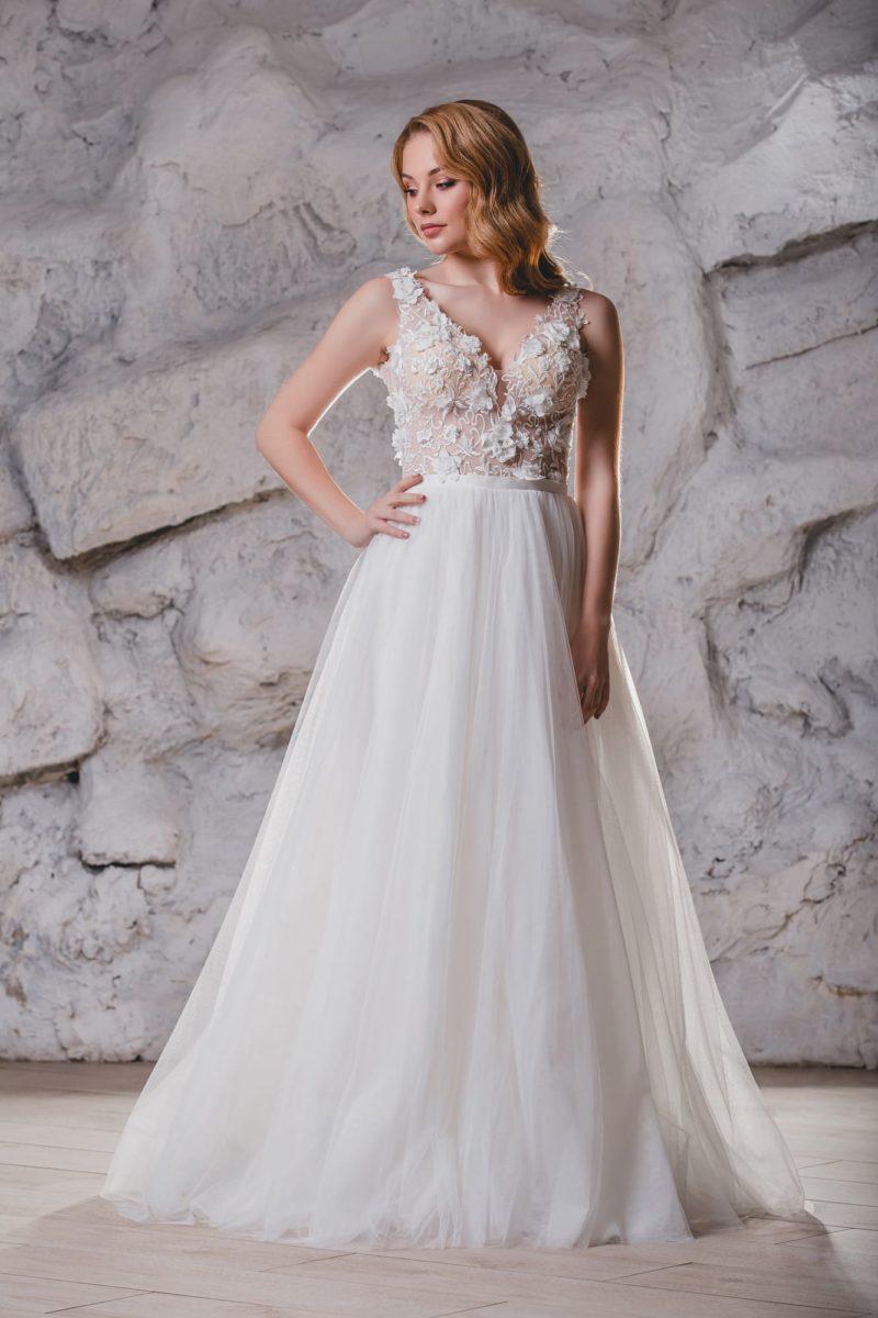 Воздушное свадебное платье с открытой спиной и объемным декором.