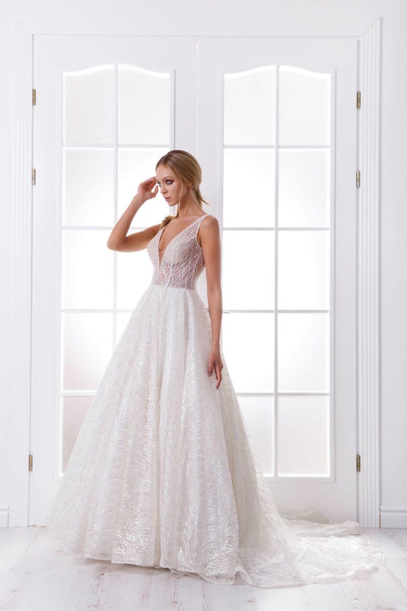 Свадебное современное платье с открытым верхом и кружевом по всей длине.